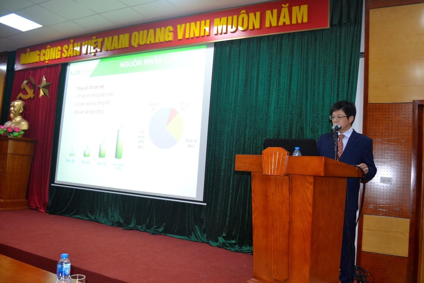 PGS. TS Nguyễn Tiến Đạt, Phó Giám đốc Trung Tâm trình bày báo cáo tổng kết công tác năm 2019 và triển khai kế hoạch năm 2020